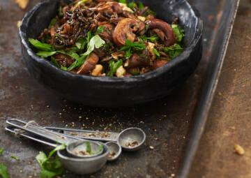 Pilzsalat mit schwarzem Reis