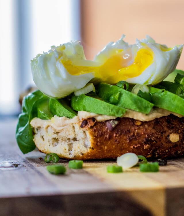 Pochiertes Ei auf Avocado-Jummus-Basis