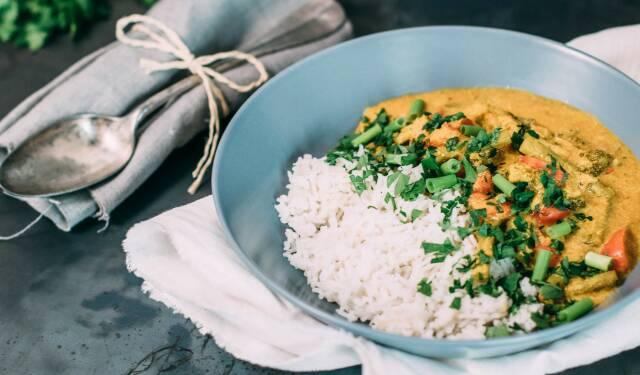 Reis ist eine vielseitige Beilage für viele Gerichte, so wie bei diesem Gemüsecurry mit Reis. Wie lange er kochen muss, wie viel Gramm du pro Person rechnen musst und noch viele weitere Fragen rund um das Thema Reis, beantwortet dir unser Redakteur Floria