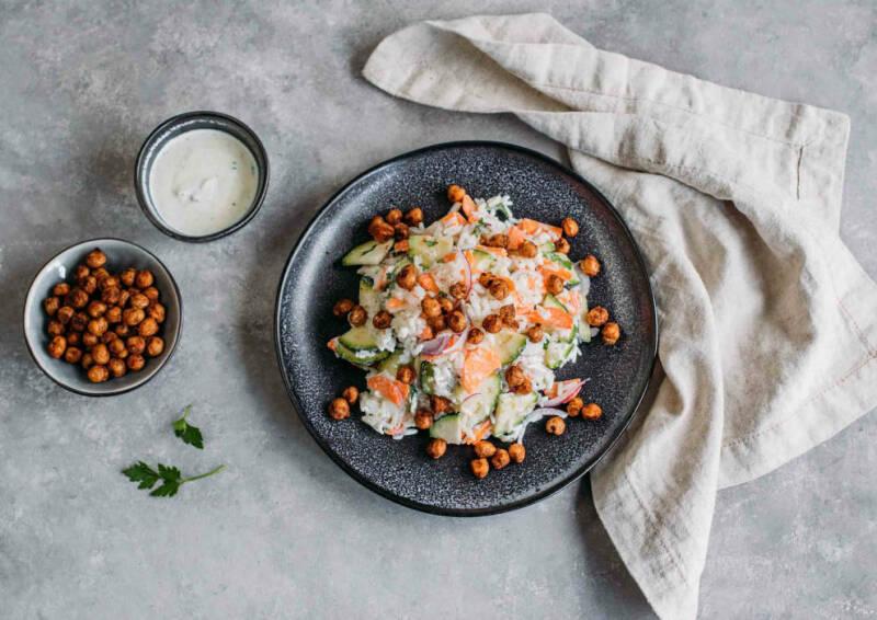 Reissalat mit Joghurtdressing und gerösteten Kichererbsen
