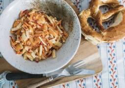 Scharfer Möhrensalat mit Rettich und Käse