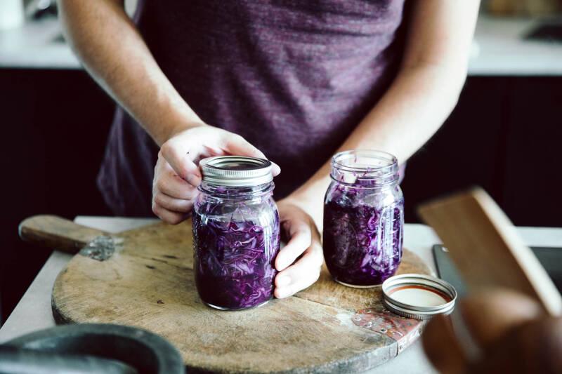 Ein Glas mit Rotkohl wird zum Fermentieren zugedreht.