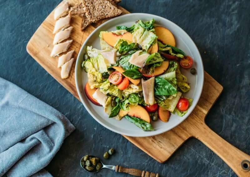 Salat mit Pfirsich und Forelle