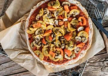 Schnelle Fladenbrot-Pizza mit Antipasti
