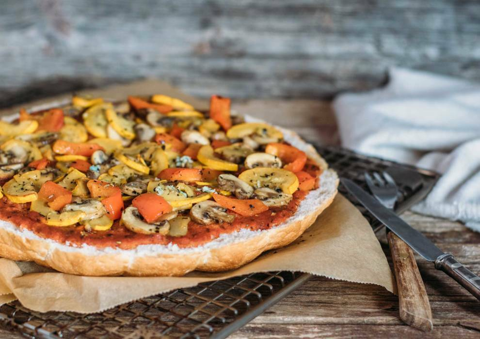 Schnelle Fladenbrotpizza mit Antipasti