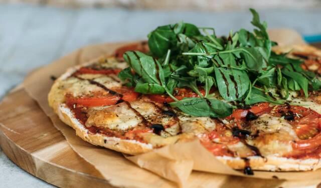 Sieben Gerichte, die auch Kindern schmecken. So wie diese Fladenbrotpizza Calabrese mit frischen Tomaten und Mozarella.