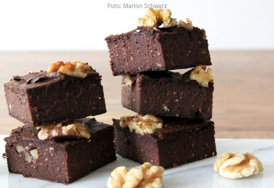 Stücke von Brownies aus schwarzen Bohnen mit Walnüssen garniert