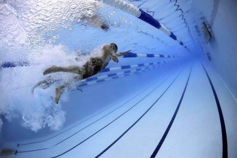 Schwimmen kann dem gesunden Abnehmen zuträglich sein. Außerdem eine gute Sportart für Einsteiger.