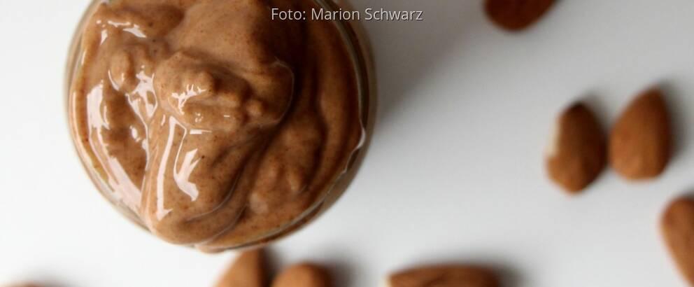 Mandelmus selbst gemacht in Schraubglas mit ungeschälten Mandeln dekoriert