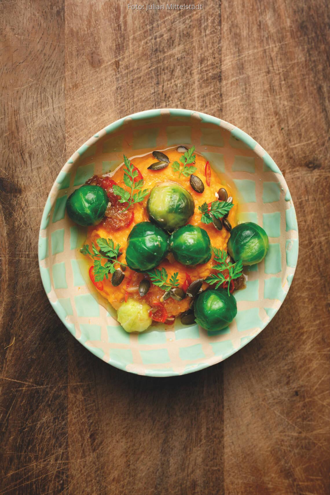 Süßkartoffelpüree mit glasiertem Rosenkohl und Kürbiskernen
