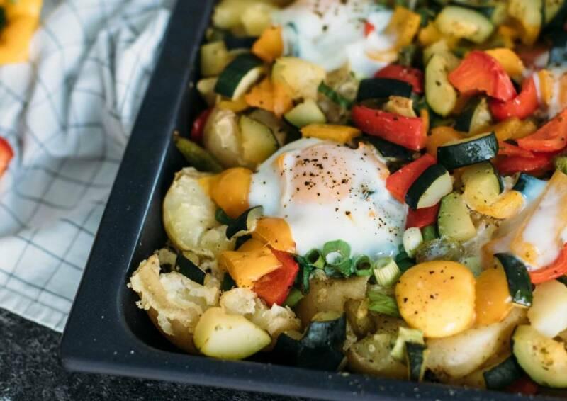 Smashed Potatoes mit Spiegelei und Gemüse