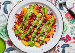 Bunter Salat von oben aus Karotten und Spinat mit Tahin