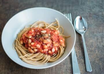 Spaghetti mit Tomatensauce und weißen Bohnen