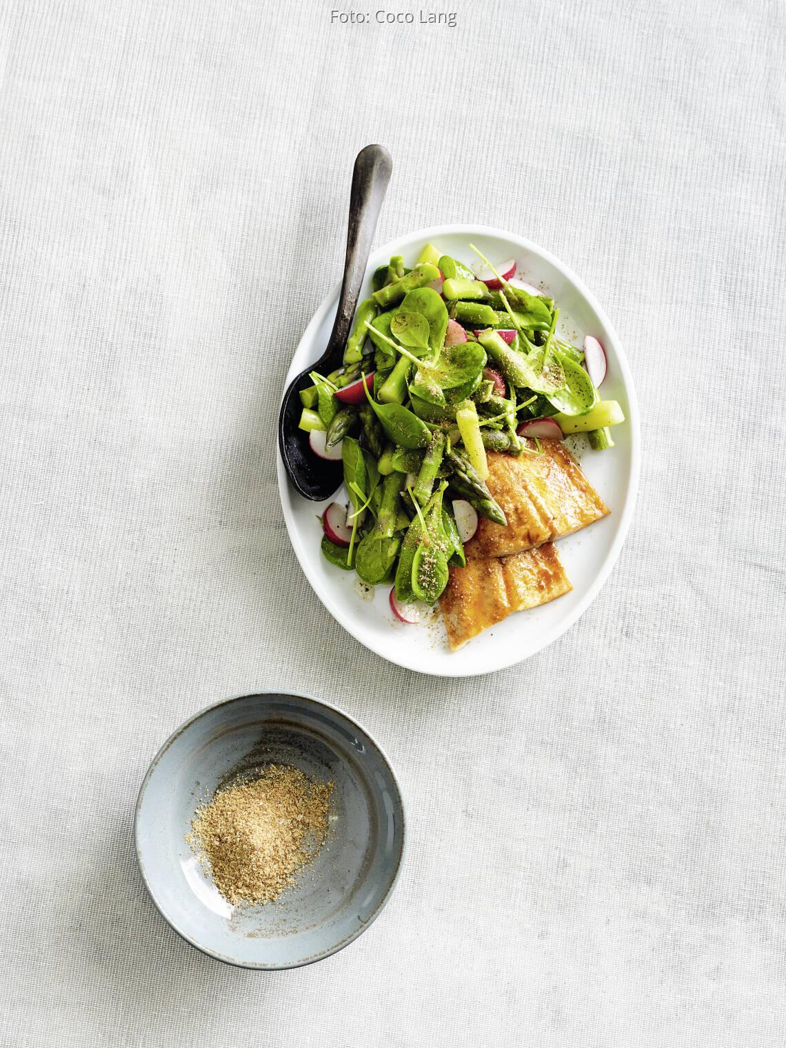 Spargel-Salat mit freurigem Ofenlachs