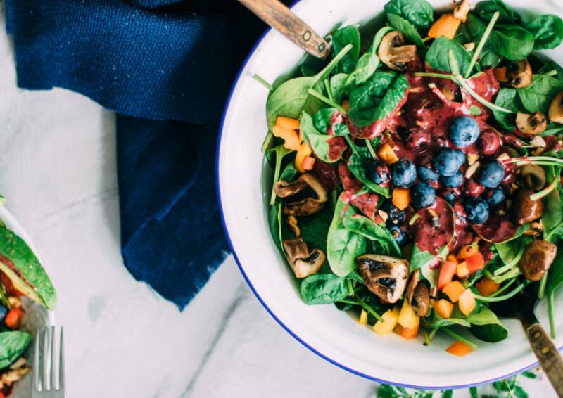 Spinat-Salat imt Heidelbeer-Dressing