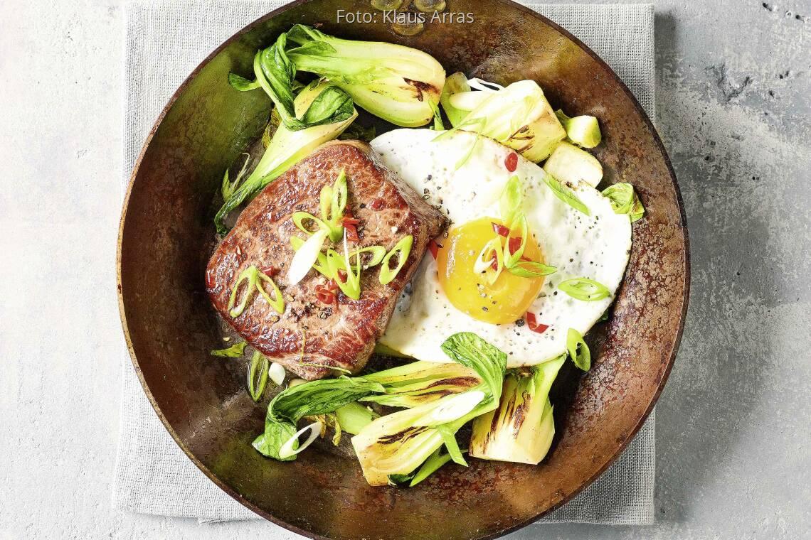Steakpfanne mit Pak Choi und Spiegelei