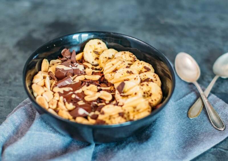 Süße Frühstücksbowl mit Banane und Erdnussbutter