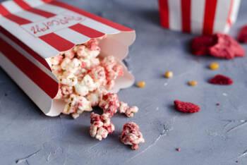 süßes Popcorn mit Erdbeeren und weißer Schokolade