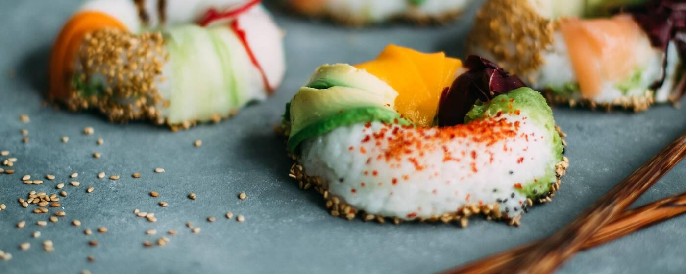 Ringförmiges Sushi mit Reis, Karotten und Avocoado