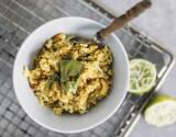 Tamarinden-Reis angerichtete mit Löffel in Schüssel