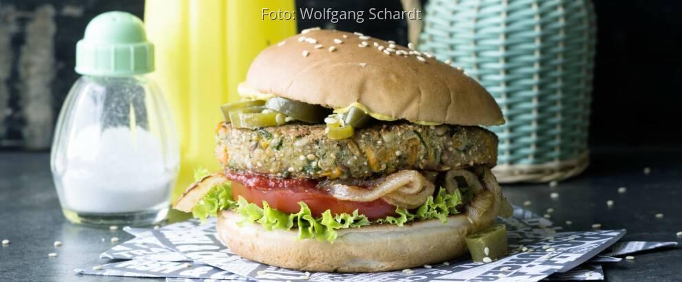 Burger auf Servietten angerichtete von vorne fotografiert
