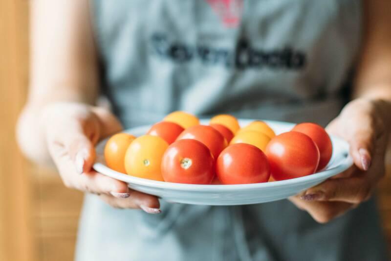 Schritt 1: Die Kirschtomaten werden auf einen flachen Teller gelegt bis dieser voll ist.