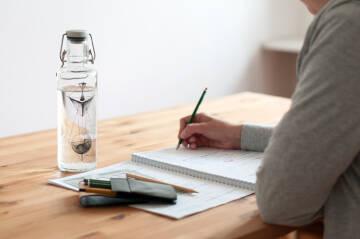 Trinkflasche auf Schreibtisch
