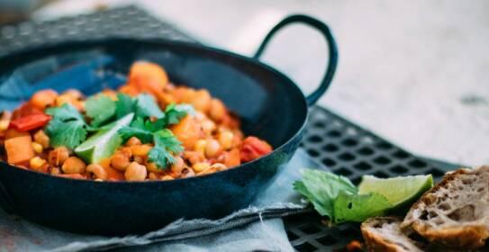 In diesem Artikel schlagen wir dir leckere und nährstoffreiche Gerichte vor, mit denen zu vegan abnehmen kannst. Wie zum Beispiel dieses leckere Kichererbsen-Chili.