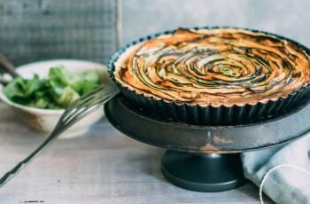 Diese leckere Gemüsetarte wird mit Gemüsestreifen aus Zucchini, Karotte und Aubergine hergestellt. Dazu ein grüner Salat und dem Dinner steht nichts mehr im Wege.