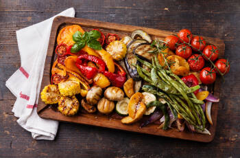 Gegrilltes Gemüse auf einer Holzplatte