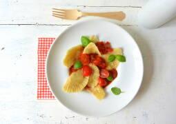 Ein Teller mit veganen Ravioli und Tomatensugo von oben fotografiert