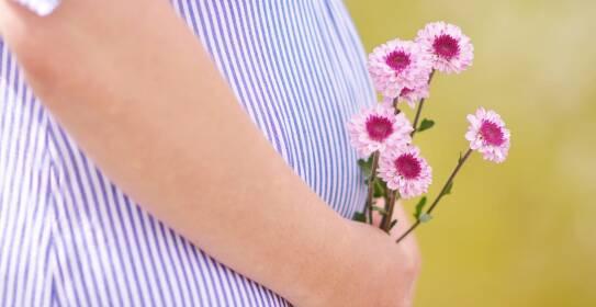 Schwangere Frau mit Blumen