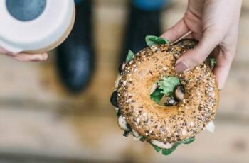 Veganer Selbstversuch: Vegan unterwegs essen Kaffee und Bagel