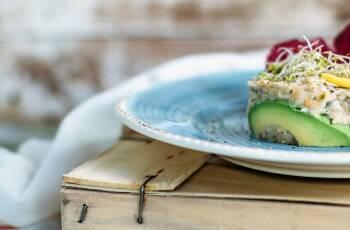Die vegane Alternative: Salat aus Kichererbsen, Zwiebeln, Nori Algen und Avocado