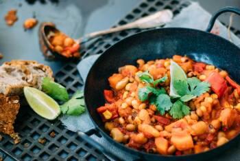 veganes Kichererbsen-Chili in einer Pfanne dazu Brot