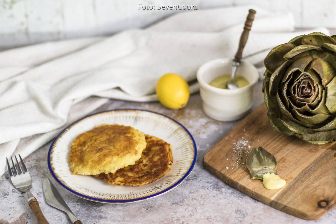 Veganes Rezept: Artischocken mit Senf-Dip und Kartoffel-Sauerkraut Taler