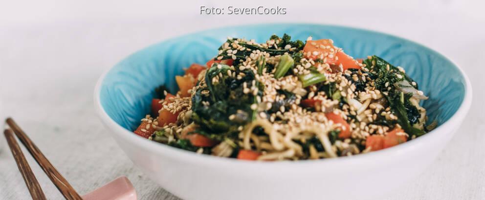 Veganes Rezept: Asia-Nudeln mit Grünkohl 3