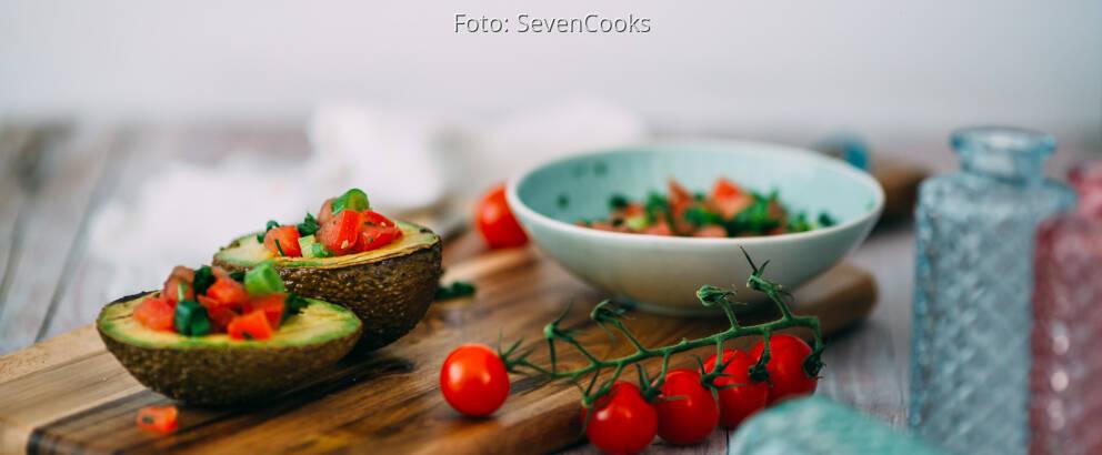 Veganes Rezept: Avocado vom Grill mit Tomatensalsa