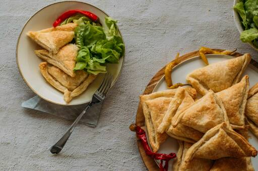 Blätterteigtaschen mit veganer Frischkäse-Peperoni-Füllung