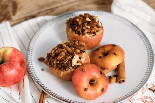 Veganes Rezept: Bratapfel mit Mandel-Rosinen-Füllung und Knuspertopping