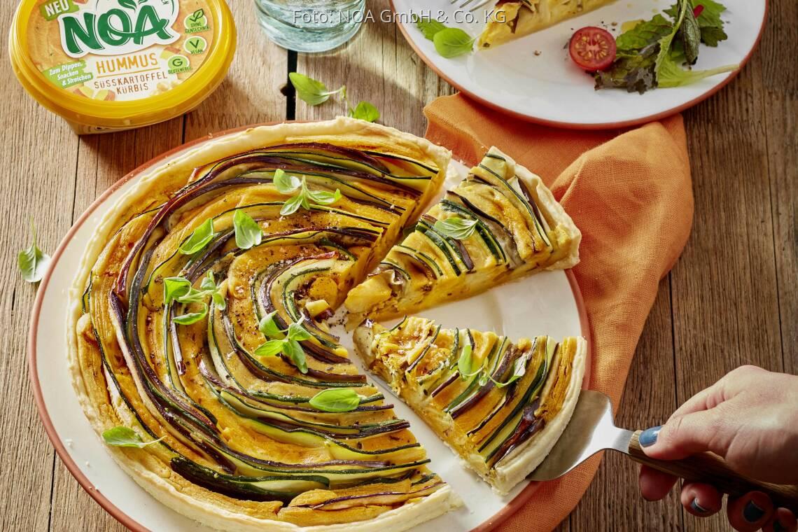 Veganes Rezept: Bunte Gemüsequiche mit Hummus Süßkartoffel-Kürbis und Pflücksalat von NOA