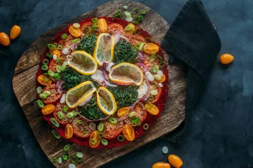 Veganes Rezept: Bunte Polenta-Tarte mit Tomaten und Spinat 1