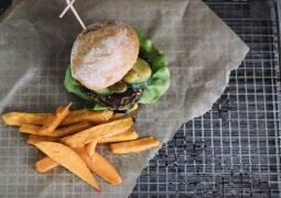 Veganes Rezept: Burger mit schwarzem Bohnen-Patty und Süßkartoffelpommes 1