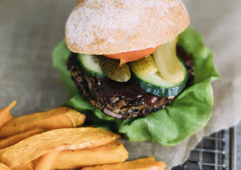 veganes rezept burger mit schwarzem bohnen patty und suesskartoffelpommes 3-1029064-700-990-0
