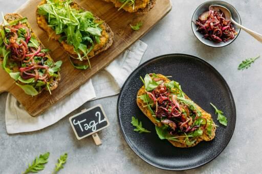 Veganes Rezept: Family Meal-Prep 2: Sandwich mit Linsencreme und Balsamico-Zwiebeln_1_Schild