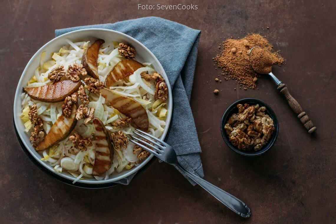 Veganes Rezept: Fenchel Chicorée Salat mit karamellisierten Walnüssen und Birnen