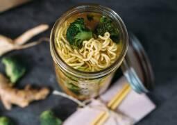 Veganes Rezept: Frische Gemüsesuppe mit Mie Nudeln to go 1