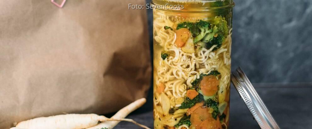 Veganes Rezept: Frische Gemüsesuppe mit Mie Nudeln to go 2