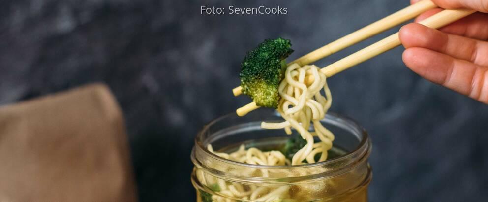 Veganes Rezept: Frische Gemüsesuppe mit Mie Nudeln to go 3