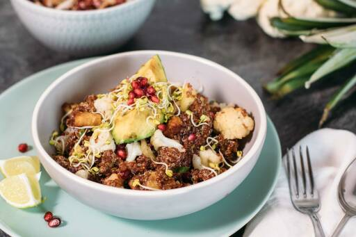 Veganes Rezept: Fruchtige Blumenkohl-Quinoa-Bowl mit baked Avocado_1